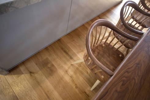 Beautiful solid oak flooring in the barn.: country Living room by Fine Oak Flooring Ltd.