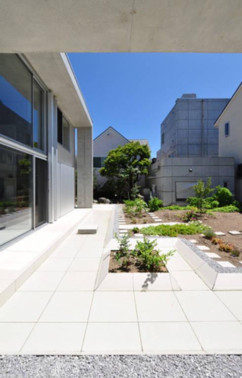 囲み庭の家: mcjaが手掛けた庭です。