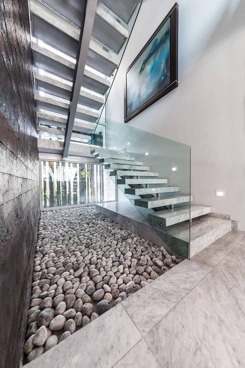 Pasillos y hall de entrada de estilo  por Arquiplan