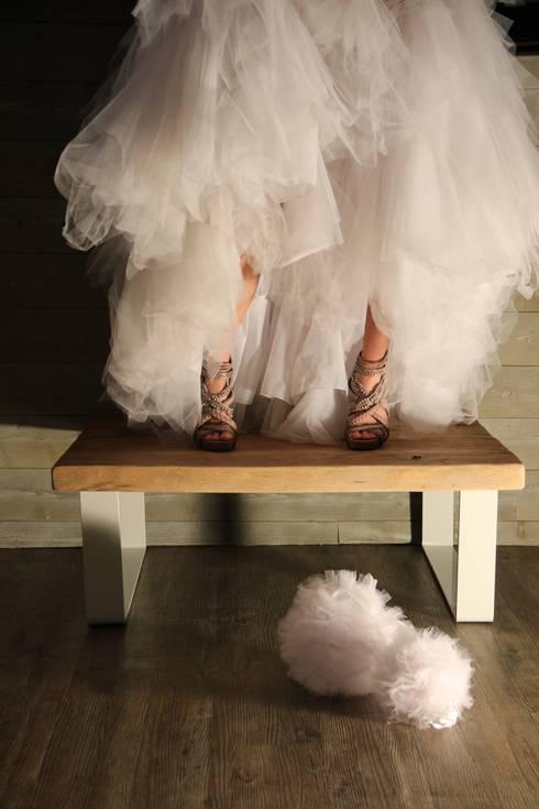 Table basse en bois avec piètement blanc: Salon de style  par Du Côté de l'Atelier