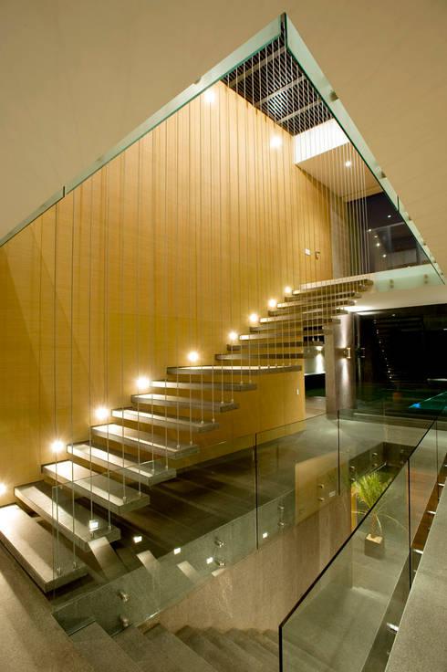 Pasillos y hall de entrada de estilo  por Serrano Monjaraz Arquitectos