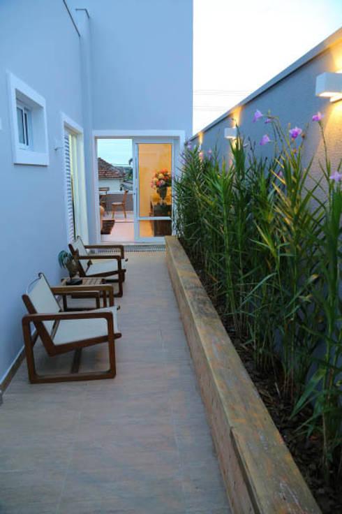 Casa nova, bairro antigo: Terraços  por Fernanda Chiebao- ARCHI