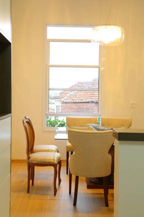 Casa nova, bairro antigo: Salas de jantar campestres por Fernanda Chiebao- ARCHI