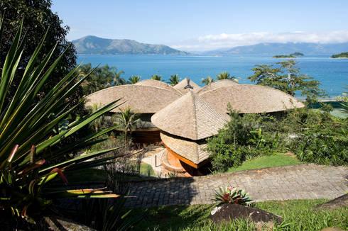 Casa Folha: Casas tropicais por Mareines+Patalano Arquitetura