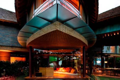 Casa Folha: Salas de estar tropicais por Mareines+Patalano Arquitetura