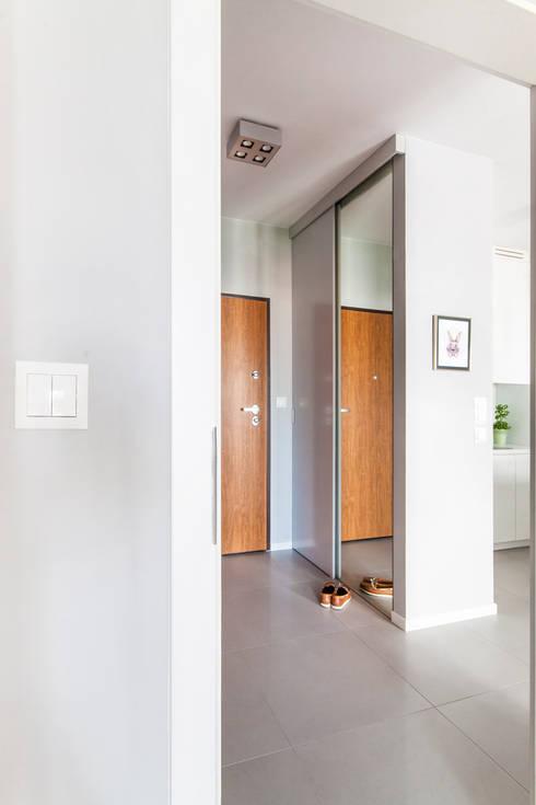 Przedpokój z szafą.: styl , w kategorii Korytarz, przedpokój zaprojektowany przez MEEKO Architekci