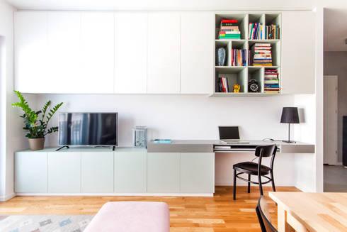 Ściana w salonie z zabudową meblową.: styl , w kategorii Pokój multimedialny zaprojektowany przez MEEKO Architekci