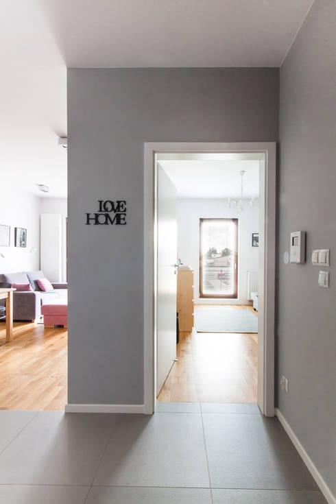 Korytarz z widokiem na pokoje.: styl , w kategorii Korytarz, przedpokój zaprojektowany przez MEEKO Architekci