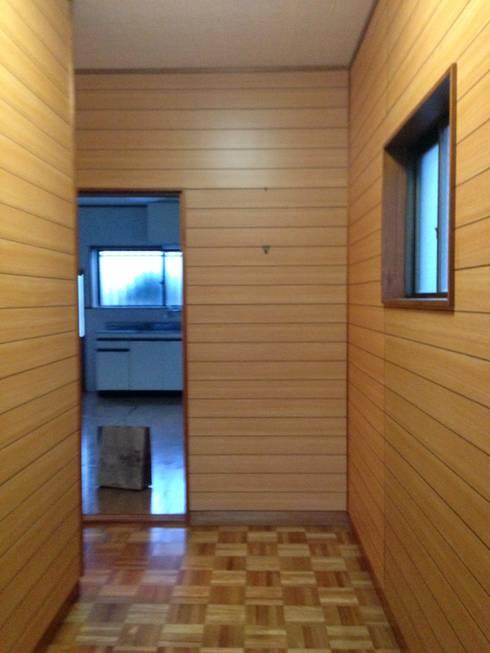 玄関(ビフォー): SKY Lab 関谷建築研究所が手掛けたです。