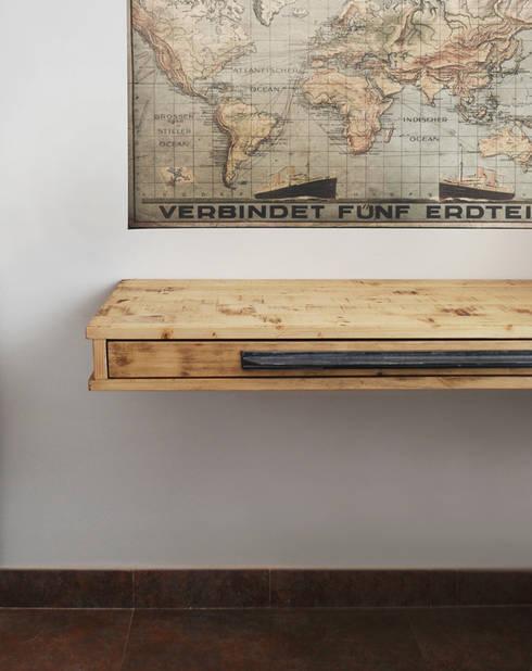 Escritorio realizado en tablón de pino restaurado: Estudio de estilo  de Vicente Galve Studio