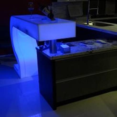Bar con cubierta de corian translúcido: Bares y discotecas de estilo  por fabrè