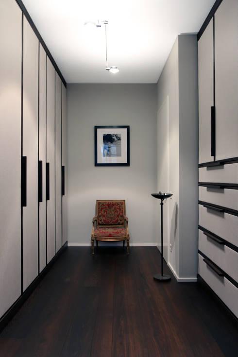 Vestidores y closets de estilo moderno por tredup Design.Interiors