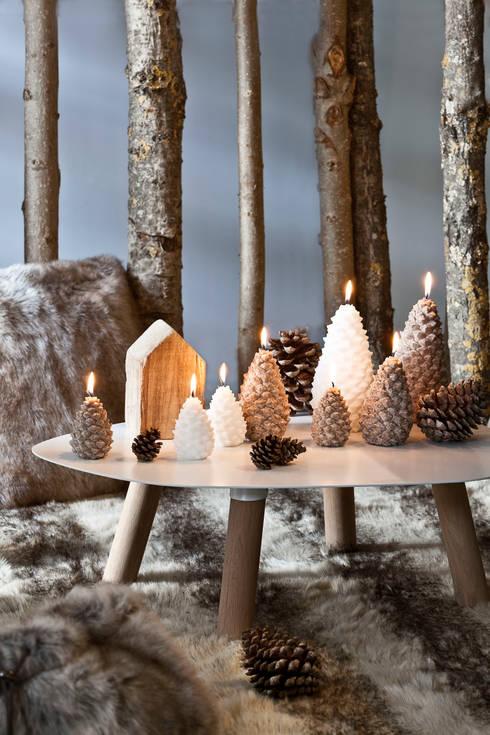 Bougie déco de Noël Pomme de pin grand modèle: Salon de style de style Scandinave par Bougies la Française