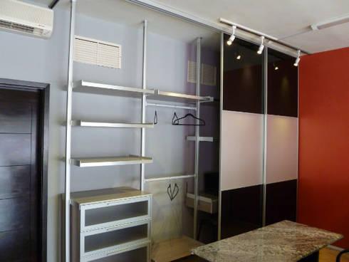 Vestidor con postes de aluminio: Vestidores y closets de estilo minimalista por fabrè