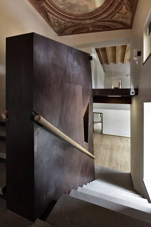 CASTELLO CECONI - INTERNI: Ingresso & Corridoio in stile  di Elia Falaschi Photographer