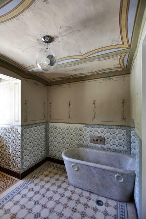 CASTELLO CECONI - INTERNI: Bagno in stile in stile classico di Elia Falaschi Photographer