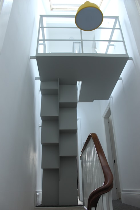 Staircase to loft room:  Corridor & hallway by Phi  Architects