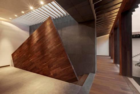 Rancho San Francisco: Pasillos y recibidores de estilo  por Lopez Duplan Arquitectos