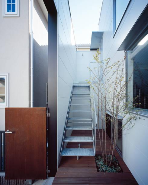 エントランステラス: 津野建築設計室/troomが手掛けたベランダです。