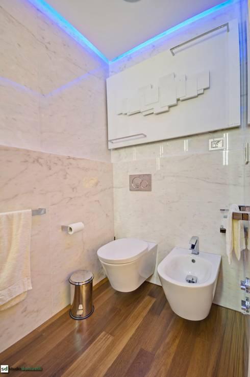 Maison célèbre panneau - bagno master: Bagno in stile in stile Moderno di studiodonizelli