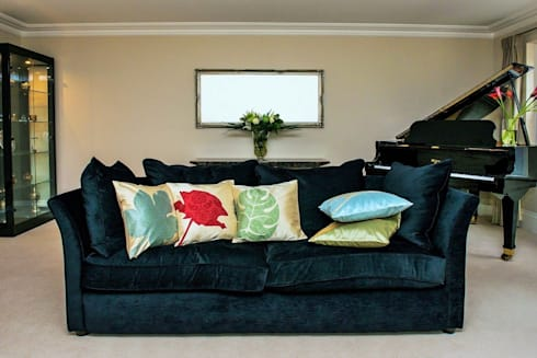 Floral Handmade Silk Cushions: tropical Living room by Le Cocon