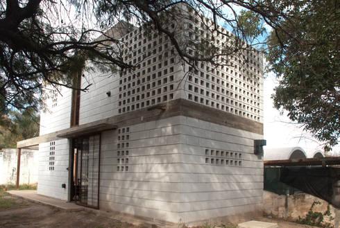 Casa La Blanca : Casas de estilo industrial por MULA.Arquitectos