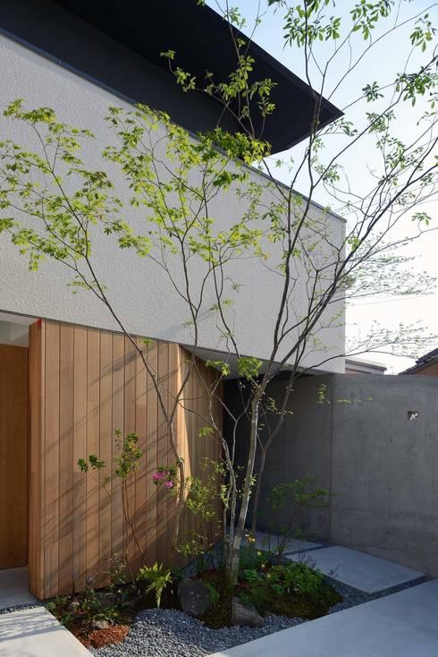 House in Fushimi: 設計組織DNAが手掛けたベランダです。