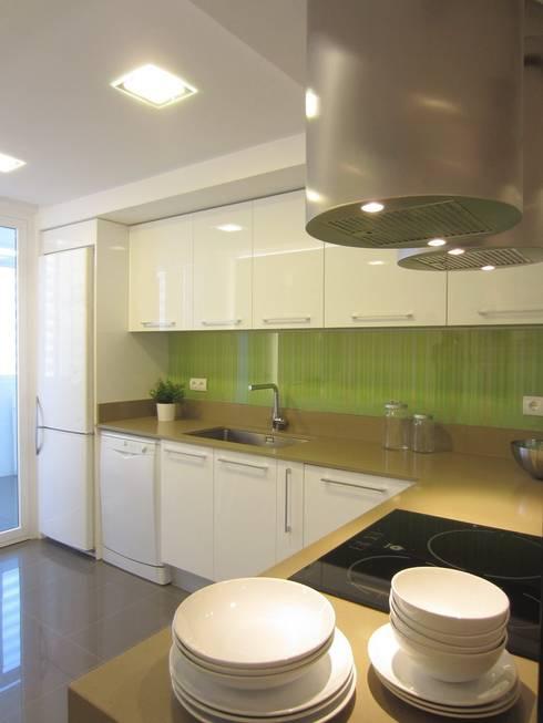 Una cocina transparente y luminosa: Cocinas de estilo moderno de teese interiorismo