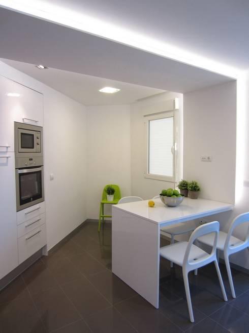 Mesa a medida e integrada.: Cocinas de estilo moderno de teese interiorismo