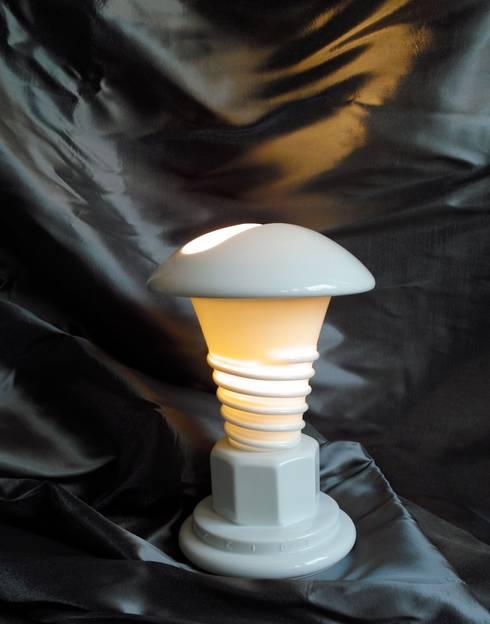 """lampe """"les temps modernes"""": Salon de style de style Moderne par MADE 75"""