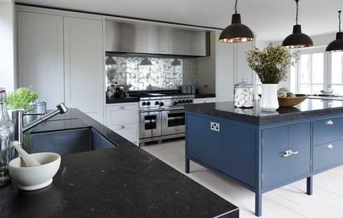 Heritage: modern Kitchen by Mowlem&Co