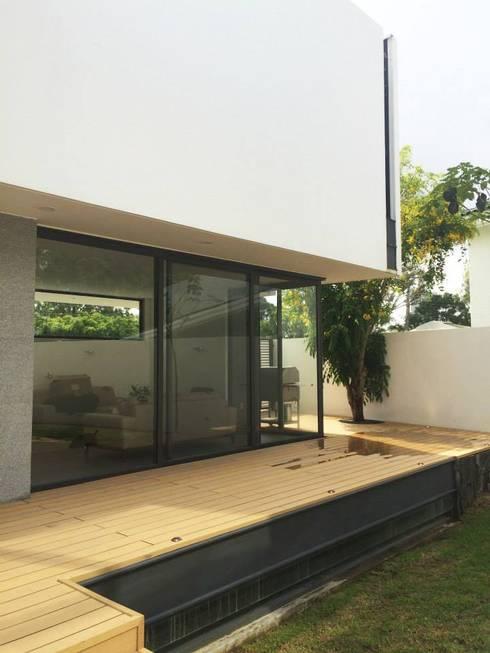 Residencia en Valle Real, arquitectos OFAA: Terrazas de estilo  por Grupo Boes