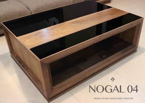 Mesa de Centro elaborada con madera sólida de Nogal y vidrio templado tintado en negro.: Salas de estilo moderno por Nogal 04