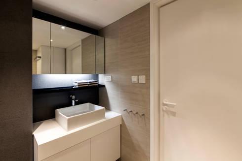 MJ's RESIDENCE: minimalistic Bathroom by arctitudesign