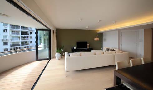 MJ's RESIDENCE: minimalistic Living room by arctitudesign