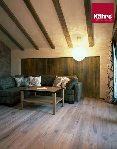 Parkett im Wohnzimmer an der Wand:  Wände & Boden von Kährs Parkett Deutschland