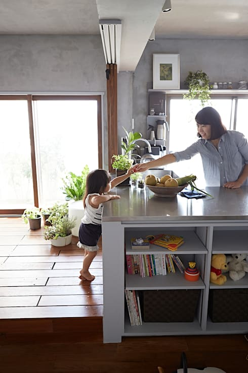 子供が自然に手伝うキッチン: Takeshi Shikauchi Architect Office/鹿内健建築事務所が手掛けたキッチンです。