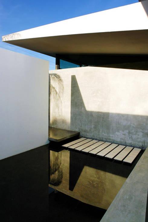 La Toscana: Pasillos y recibidores de estilo  por mfrias arquitectura