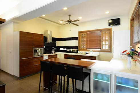 PRIVATE RESIDENCE AT KERALA(CALICUT)INDIA: classic Kitchen by TOPOS+PARTNERS