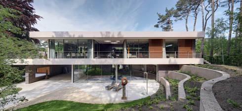Achterzijde duinvilla: moderne Tuin door HILBERINKBOSCH architecten