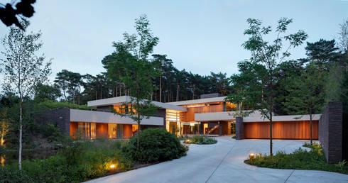 Voorhof in de avondschemering.: moderne Huizen door HILBERINKBOSCH architecten