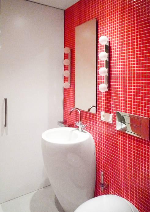 Red Bathroom - Loft Barcelona | 08023 Arquitectos: Baños de estilo  de 08023 Architects