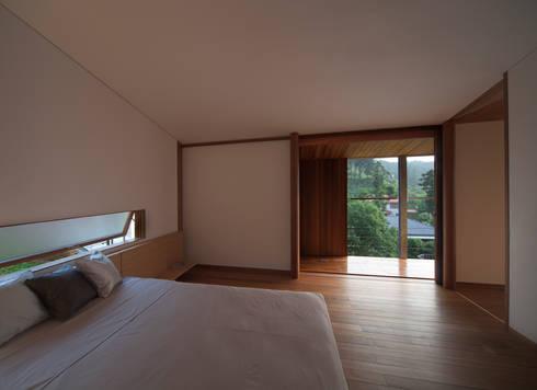 寝室: TOSHIAKI TANAKA&ASSOCIATES/田中俊彰設計室が手掛けた寝室です。