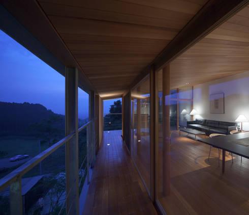 バルコニー(1): TOSHIAKI TANAKA&ASSOCIATES/田中俊彰設計室が手掛けたベランダです。
