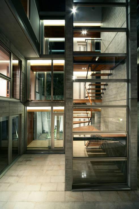 西岡本のコートハウス: 田中一郎建築事務所が手掛けたベランダです。