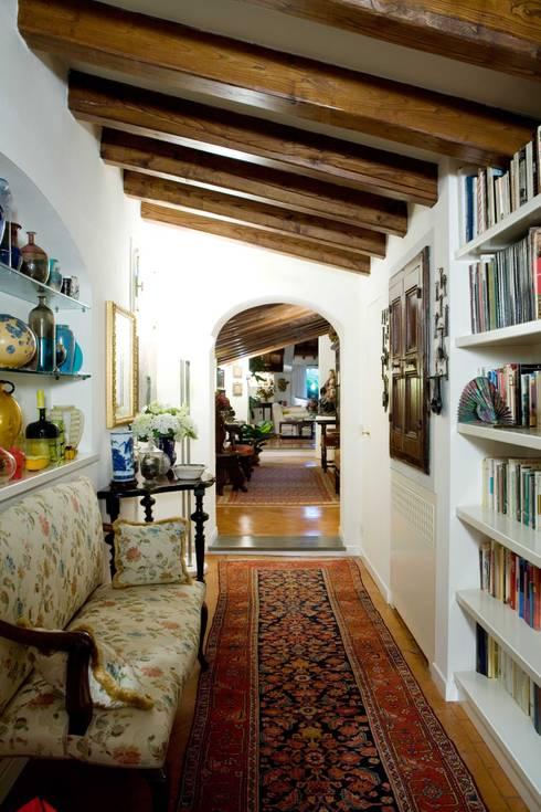 una casa per collezionisti: Ingresso, Corridoio & Scale in stile  di archbcstudio