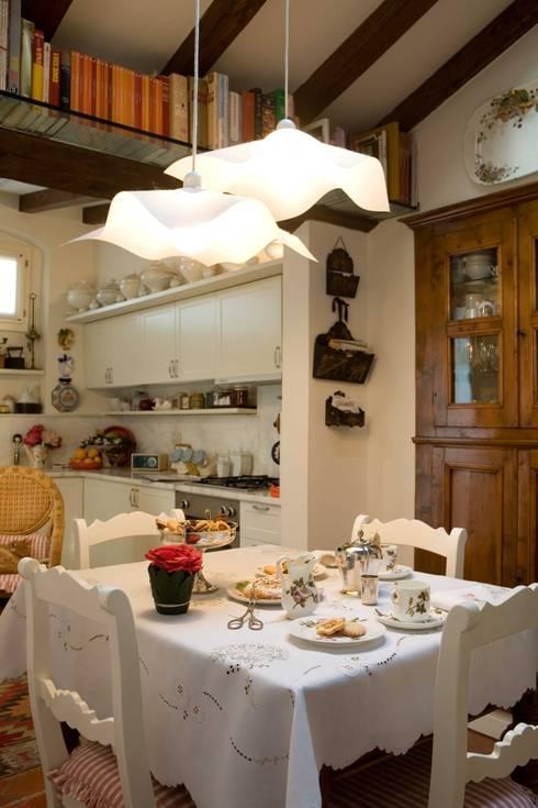 una casa per collezionisti: Cucina in stile  di archbcstudio