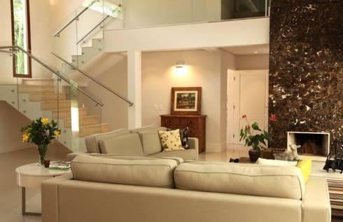 Estar e escada: Salas de estar modernas por Ornella Lenci Arquitetura