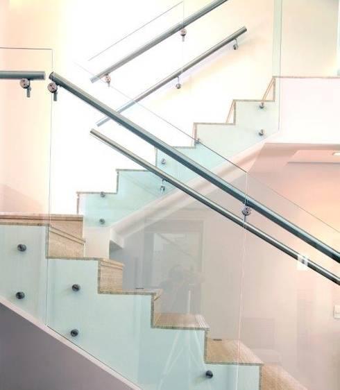 Detalhe escada: Corredores e halls de entrada  por Ornella Lenci Arquitetura