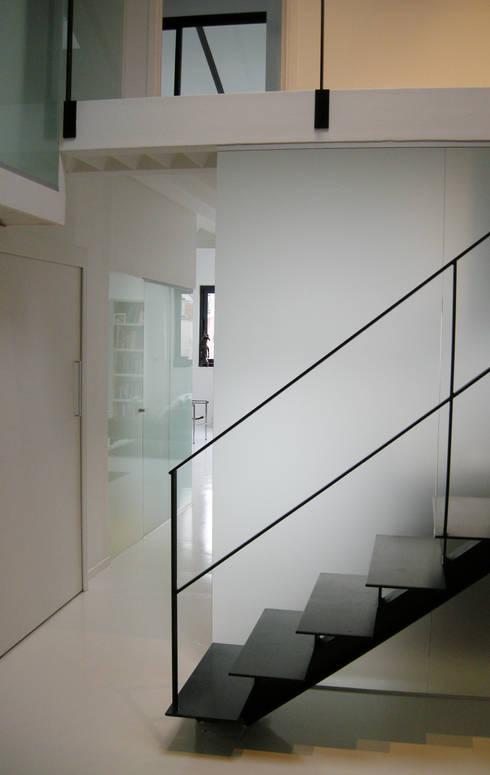 Pasillos y vestíbulos de estilo  de Barbara Sterkers , architecte d'intérieur